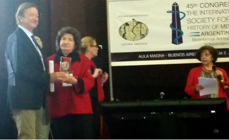 """Entrega del """"Premio Prof Alfredo P Buzzi"""" a la Prof. Dra. Norma Acerbi Cremades."""