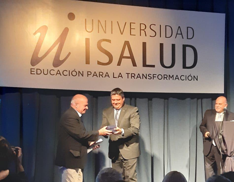 Dr. Rogelio Pizzi recibiendo su premio Isalud