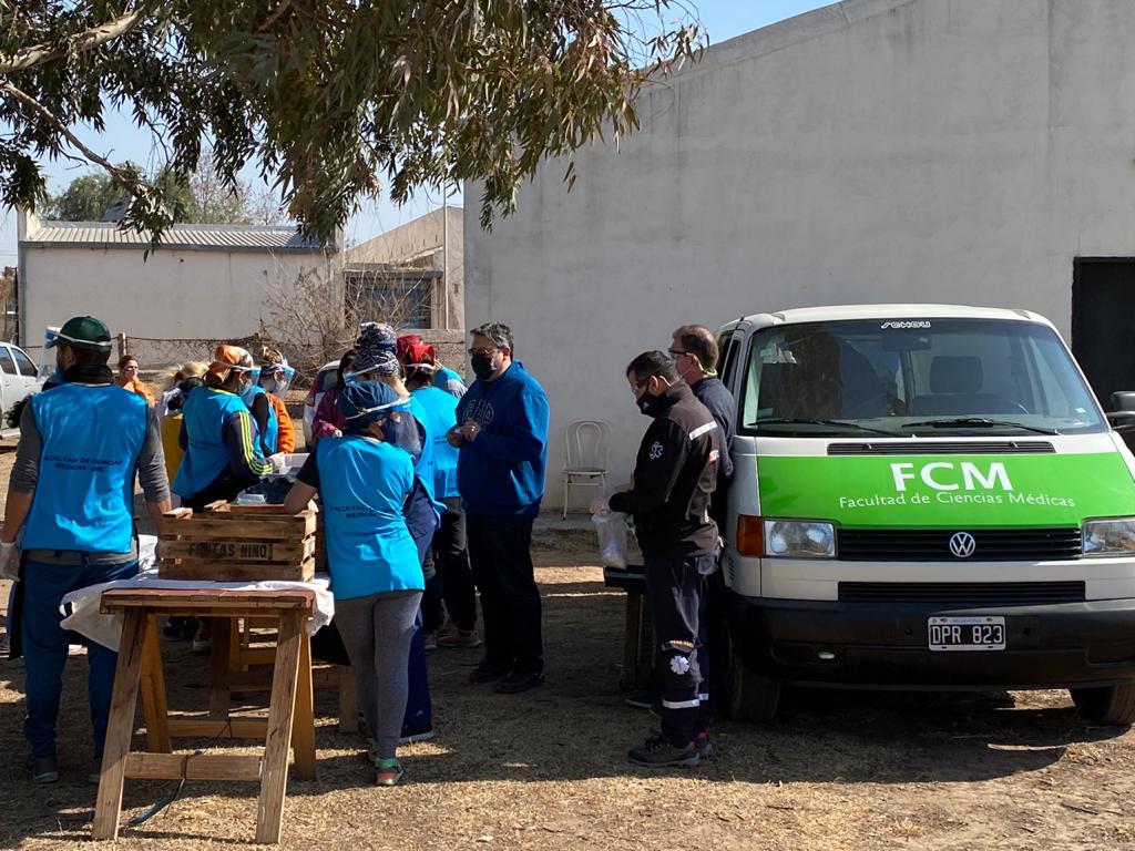 Estudiantes voluntarios entregaron alimentos saludables al comedor Los Pekkes