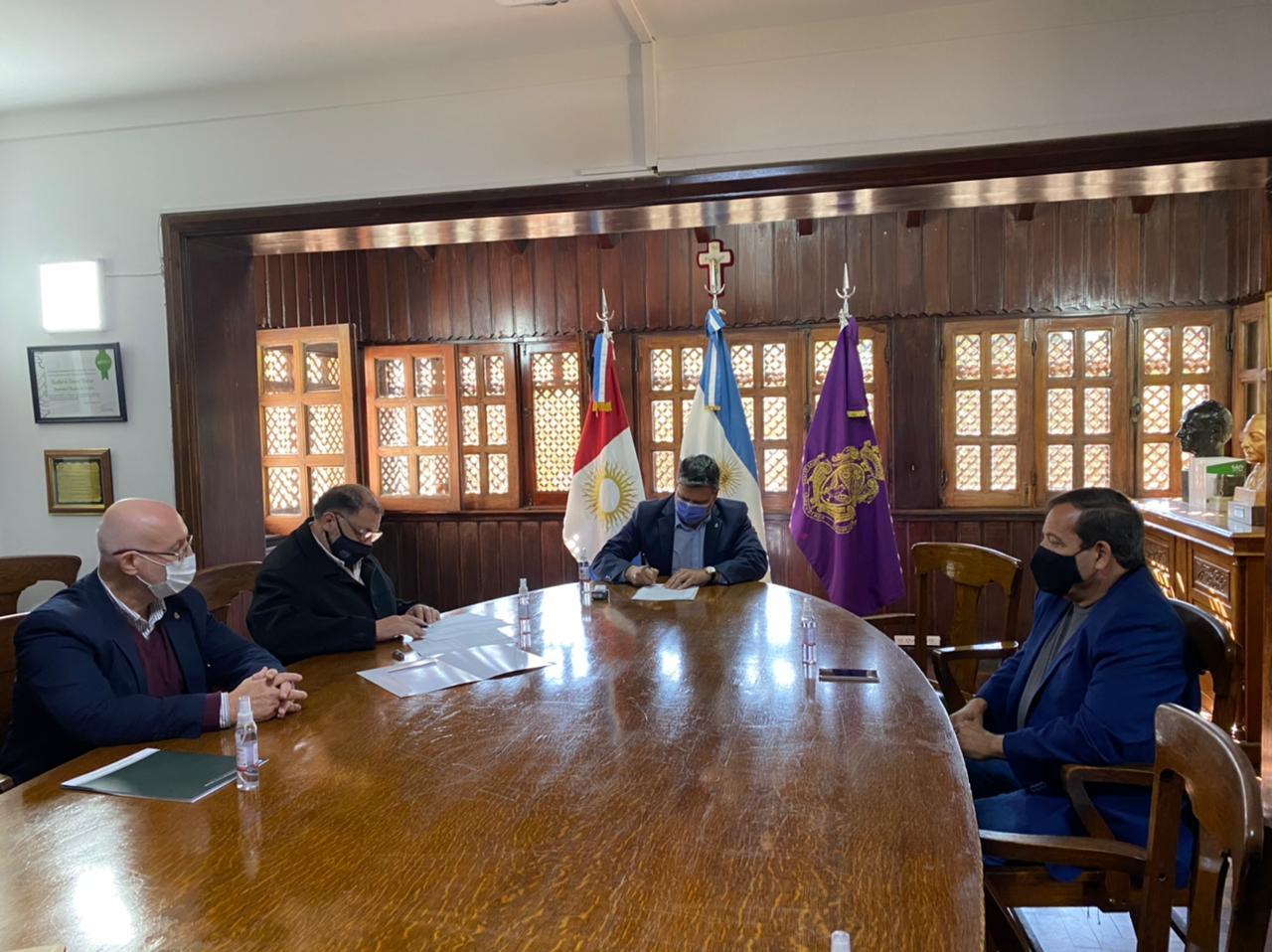 La FCM y la FCEFYN firman un convenio para fortalecer sus vínculos